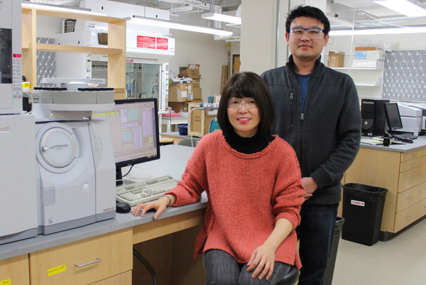 Professor KYOUNG胫彩 (right) with postdoctoral researcher 炫吉茶 (left)