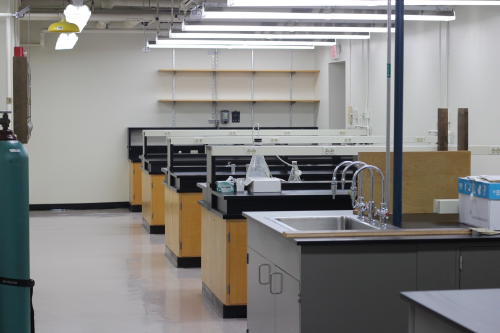 New analytical chemistry laboratory benches in the 医学中心 building